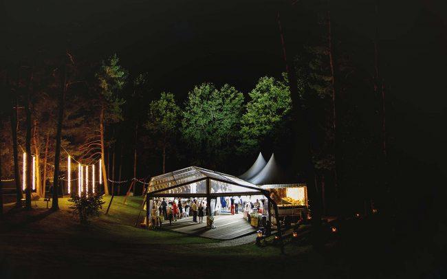Šventinių lempučių girliandų nuoma vestuvėms